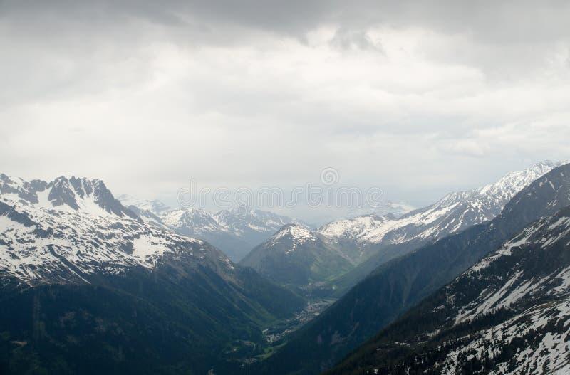 法国阿尔卑斯山的岩石和峰顶 勃朗峰断层块,南针峰 免版税库存照片