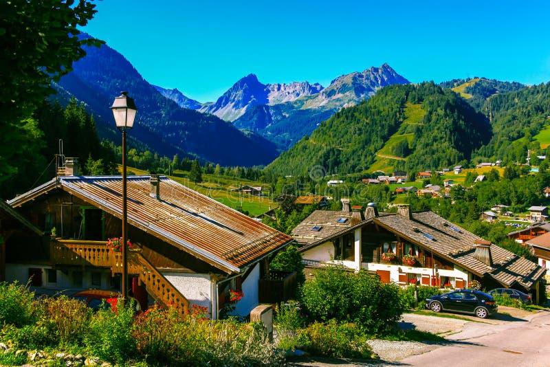 法国阿尔卑斯谷的美丽的景色村庄  库存图片