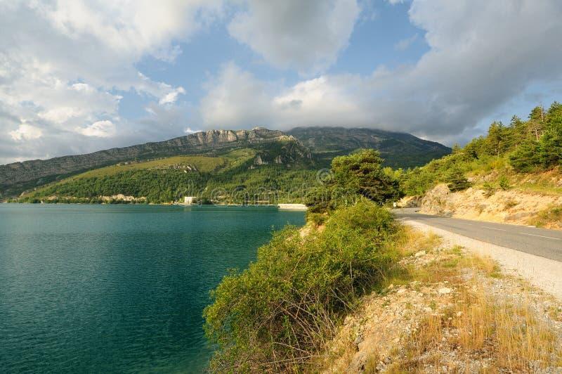 法国阿尔卑斯-沿山湖的路 免版税库存图片