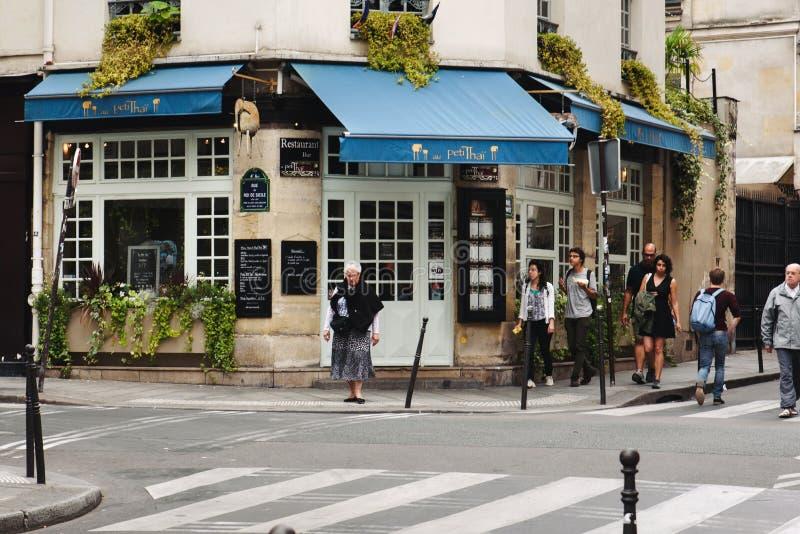 法国餐馆和走的人在巴黎 图库摄影
