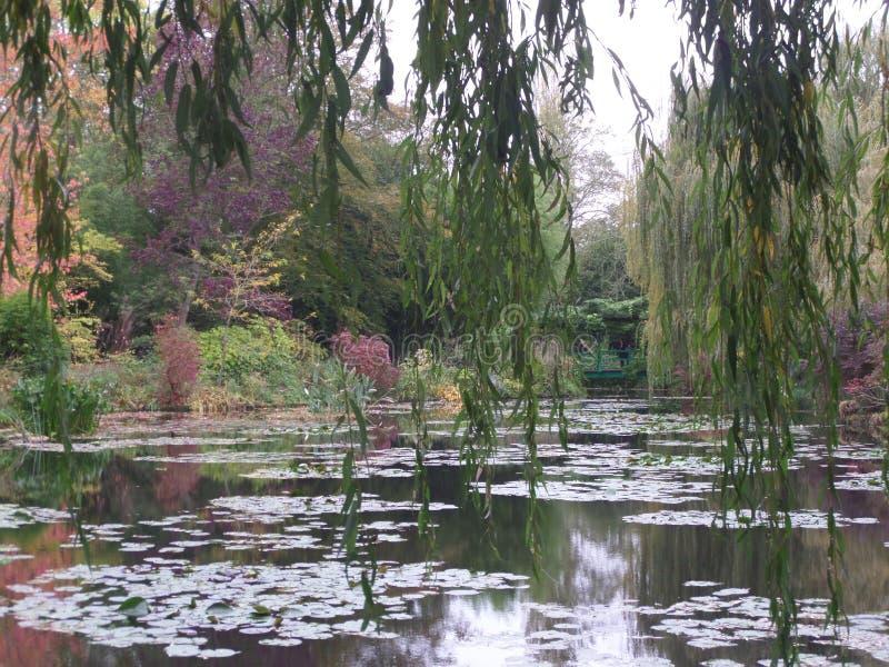 法国,卢瓦尔河流域,吉韦尔尼,克洛德・莫奈` s庭院,日本桥梁 免版税库存图片
