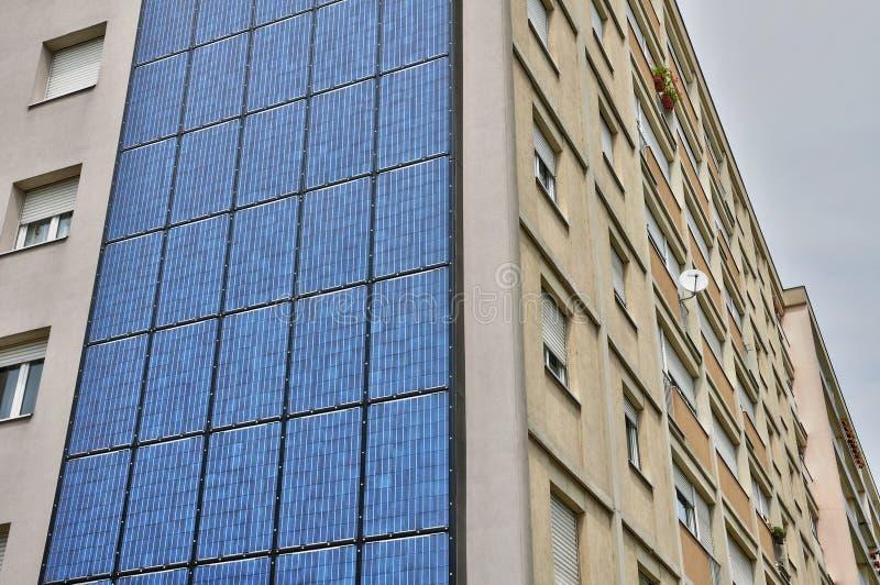 法国,在大厦的墙壁上的光致电压的盘区 免版税库存照片