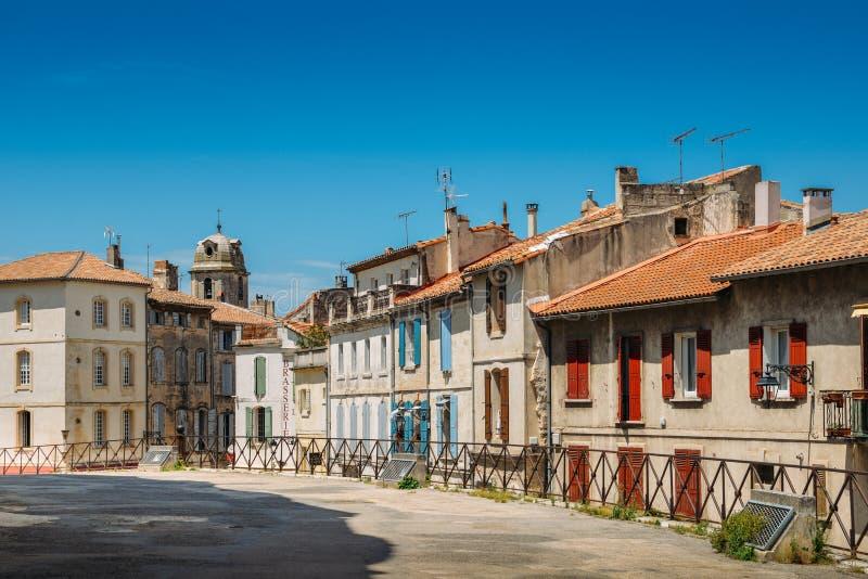 法国,市中心的典型的被铺的小巷的南部的阿尔勒 库存图片