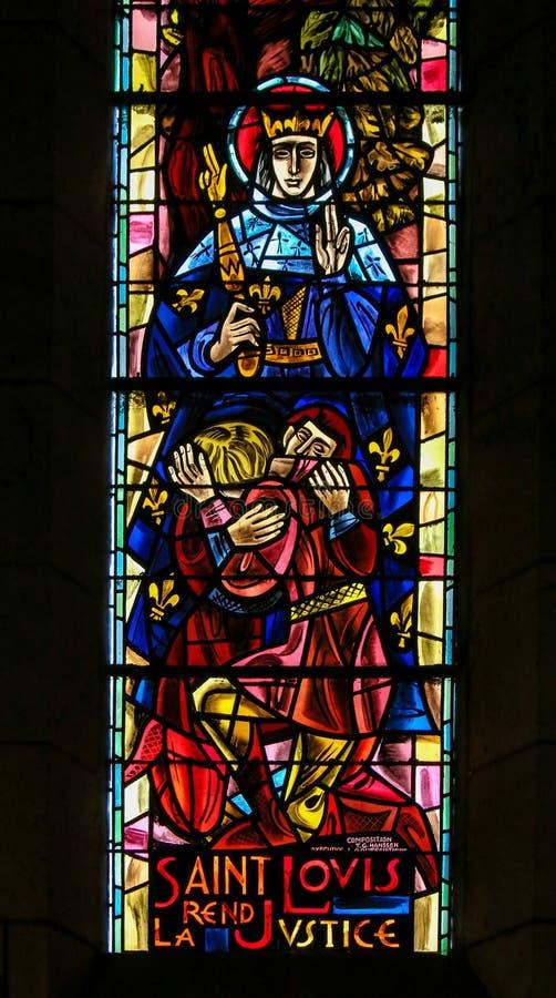 法国-彩色玻璃的圣路易斯IX在Sacre Coeur 免版税库存照片