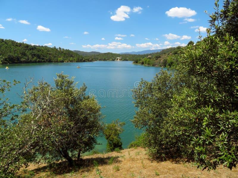 法国-湖St Cassien 库存图片