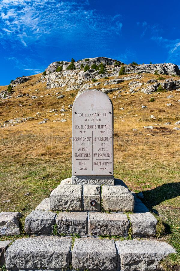 法国Col de la Cayolle山口及周围群山景观 免版税库存图片