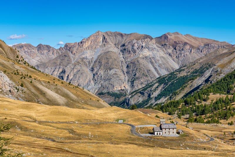 法国Col de la Cayolle山口及周围群山景观 库存照片