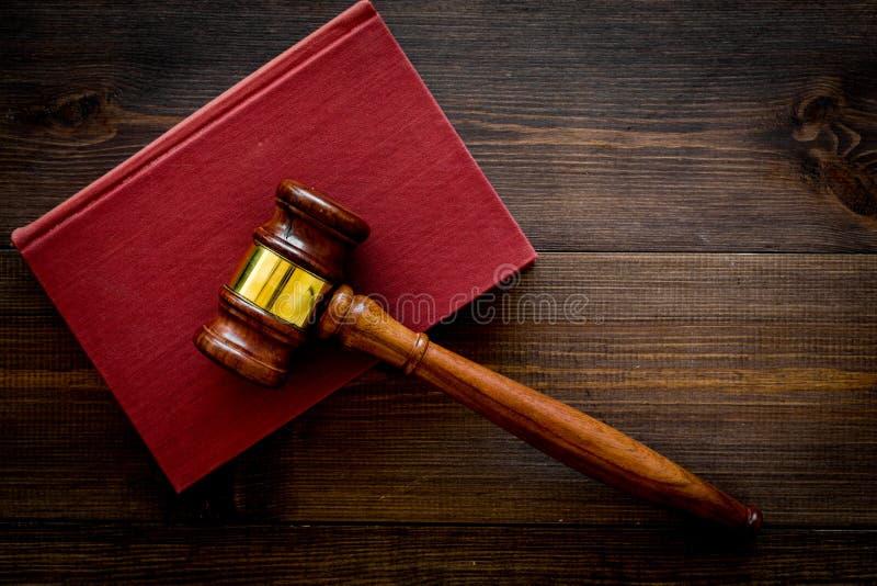 法学院学生概念 判断在黑暗的木背景顶视图拷贝空间的惊堂木和葡萄酒书 免版税库存照片