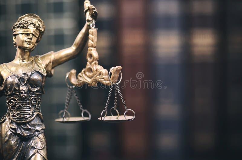 法官、Justice夫人和法律书籍标度在背景中 免版税图库摄影