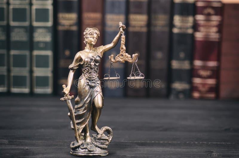 法官、Justice夫人和法律书籍标度在背景中 免版税库存图片