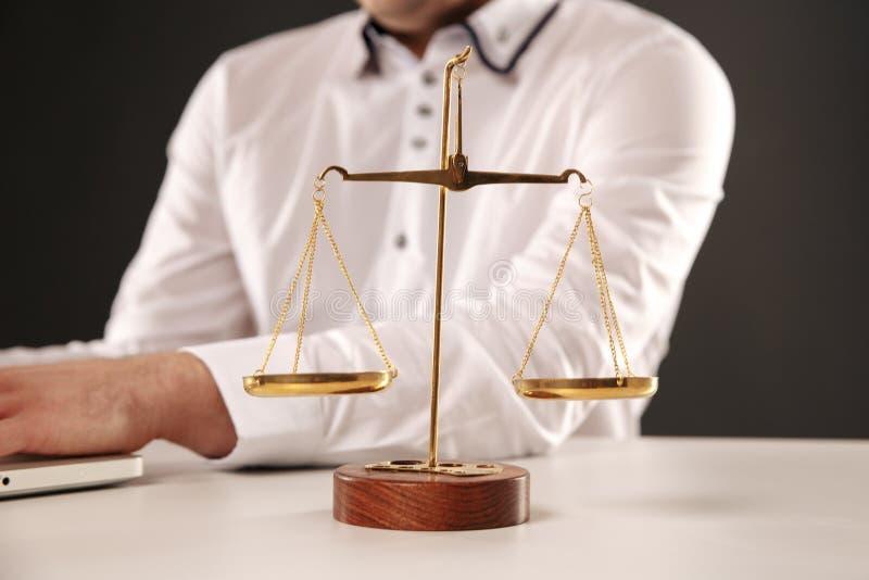 法官和人的手重量标度在背景的 图库摄影