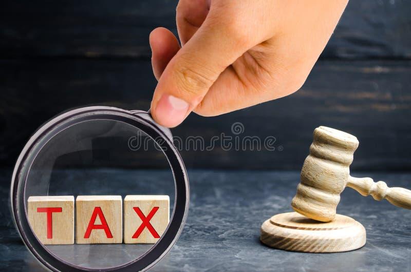 法官和题字'税的'木锤子 3d背景概念例证查出的法律回报了白色 法院和评断 正义和合法 立法者,publ 库存图片