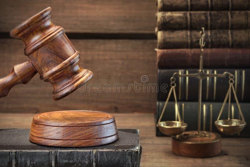 法官惊堂木、正义特写镜头法典和标度  免版税库存照片