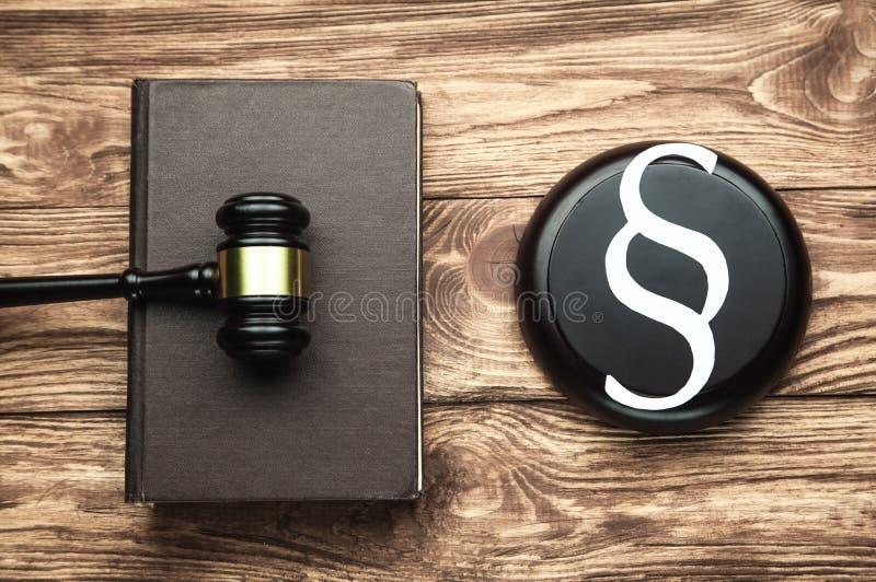 法官惊堂木、纸段标志和法律书籍 法律和正义概念 库存照片