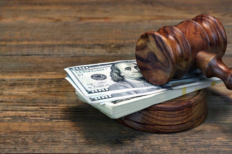 法官惊堂木、Soundboard和捆绑在表上的金钱 库存图片