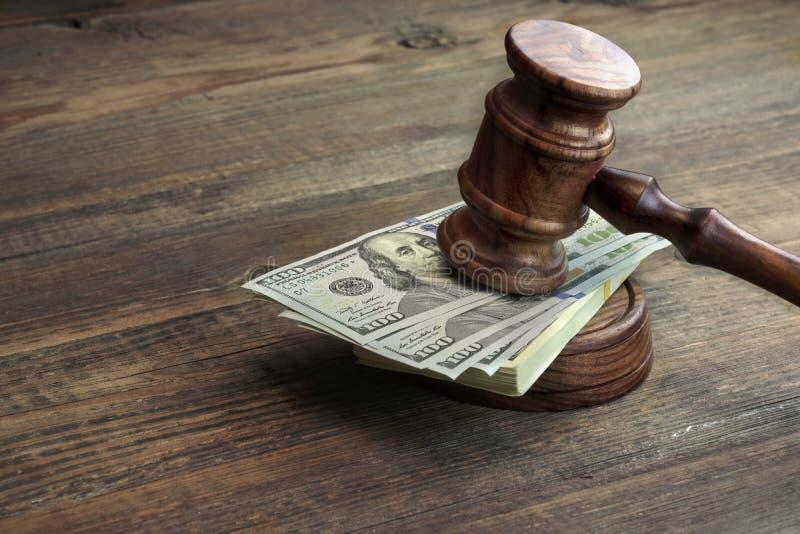 法官惊堂木、Soundboard和捆绑在表上的金钱 免版税图库摄影