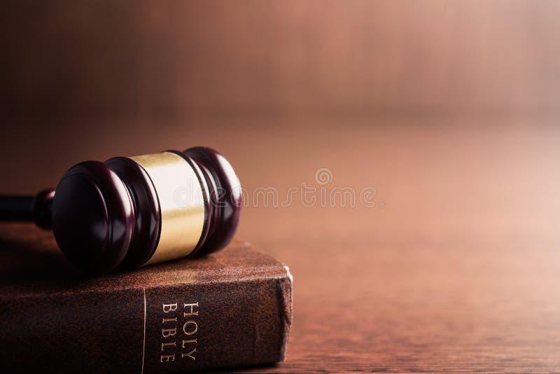 法官惊堂木和圣经 免版税库存照片
