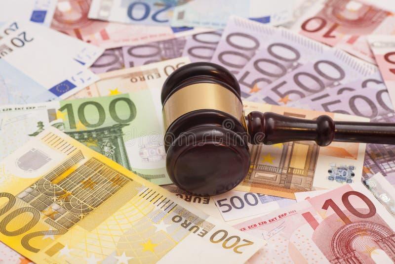 法官惊堂木和欧洲钞票 免版税库存图片