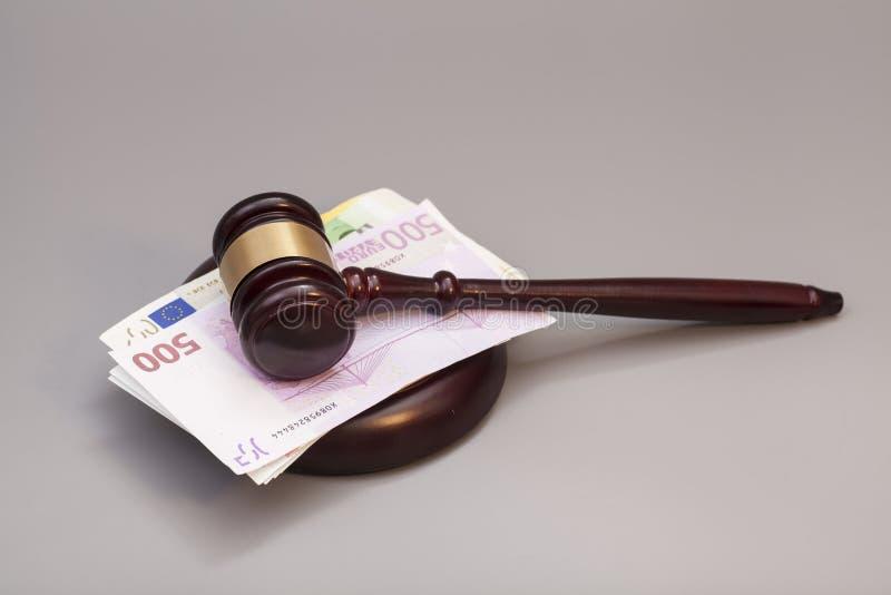 法官惊堂木和欧洲钞票 免版税库存照片
