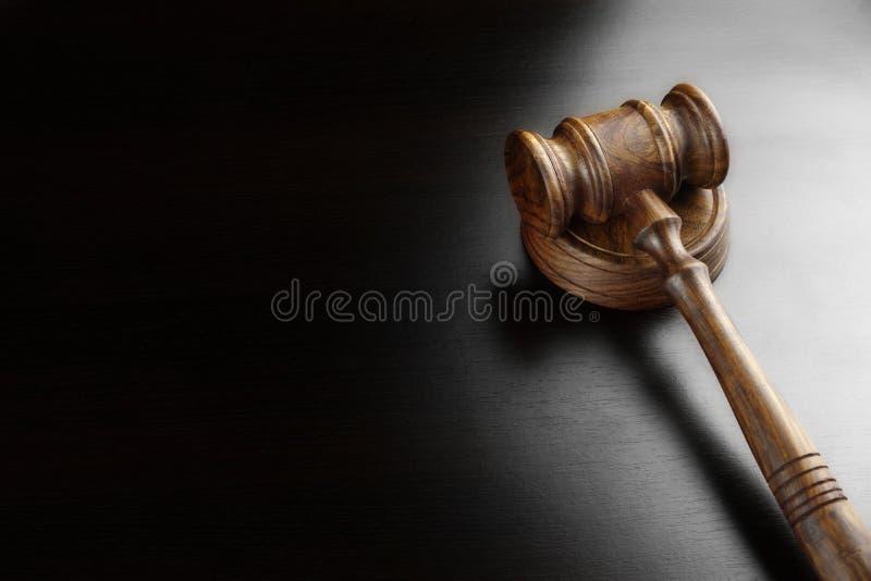 法官或拍卖人核桃惊堂木在黑表上 图库摄影