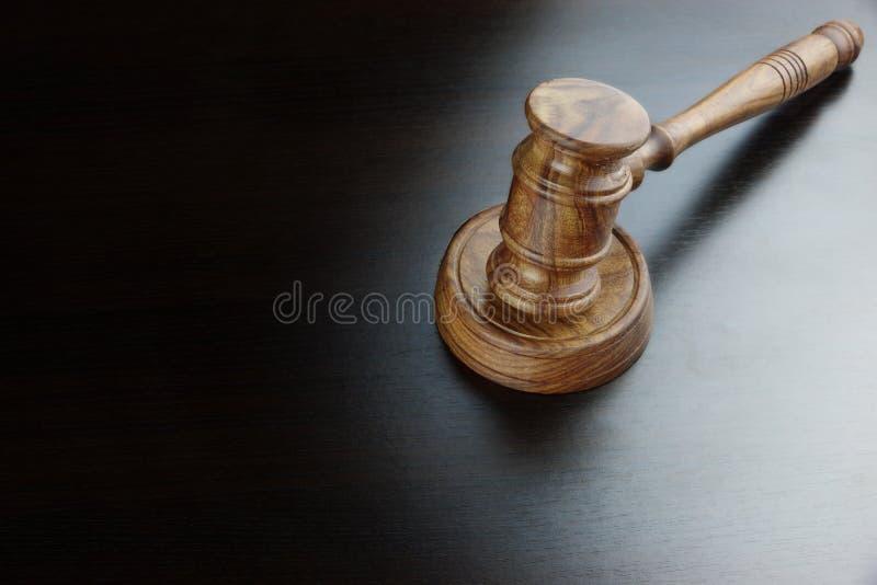 法官或拍卖人核桃惊堂木在黑表上 免版税图库摄影