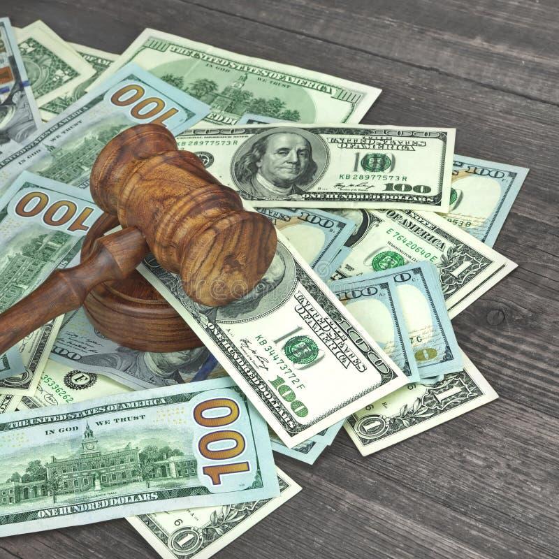 法官或拍卖人锤子在巨大的金钱堆 免版税图库摄影
