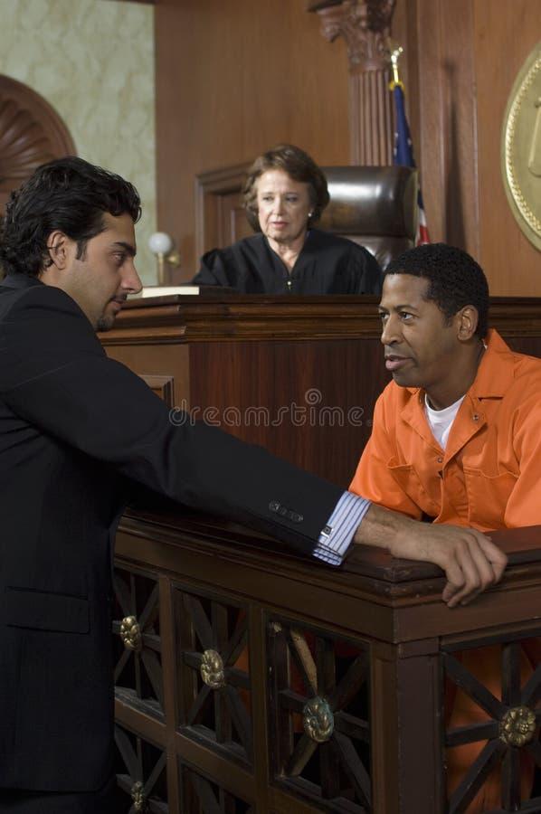 法官观看的起诉法庭上 库存照片