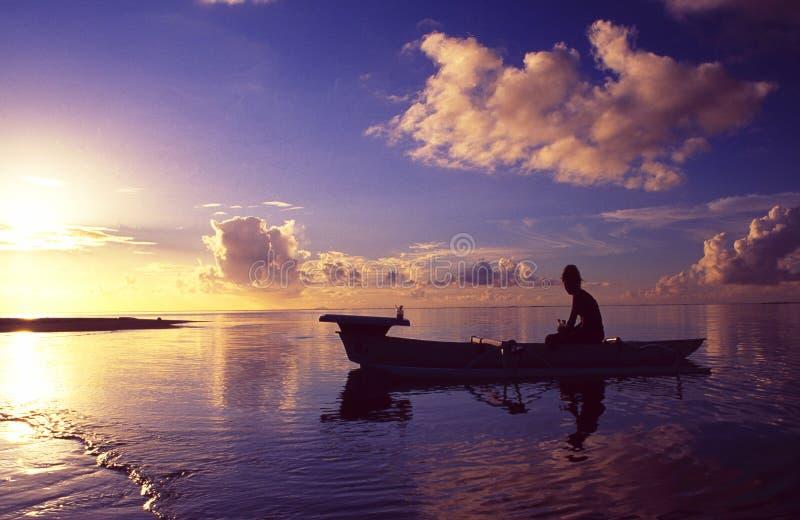 法属玻里尼西亚:在博拉博拉岛海岛和盐水湖手段的日落巡航 库存图片