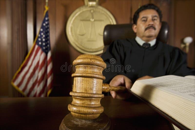 法庭上使用惊堂木的法官 免版税库存照片