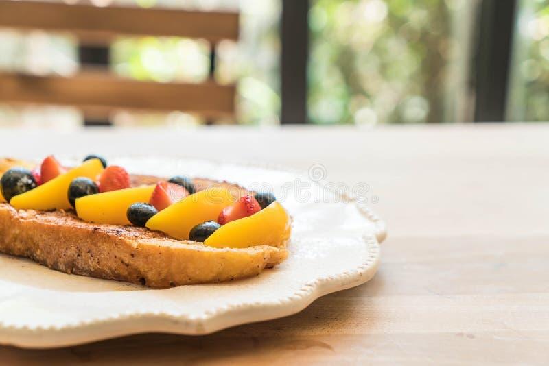 法式多士用桃子、草莓和蓝莓 库存照片