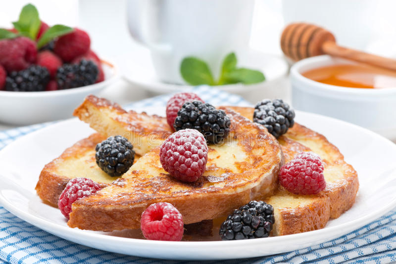法式多士用莓果和搽粉的糖 免版税库存照片