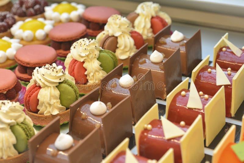 法式酥皮点心 巧克力蛋糕macaron和其他显示糖果店商店 免版税图库摄影