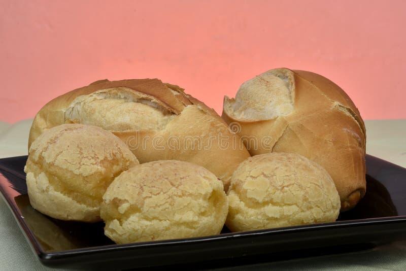 法式面包和奶酪面包在板材有红色背景 图库摄影