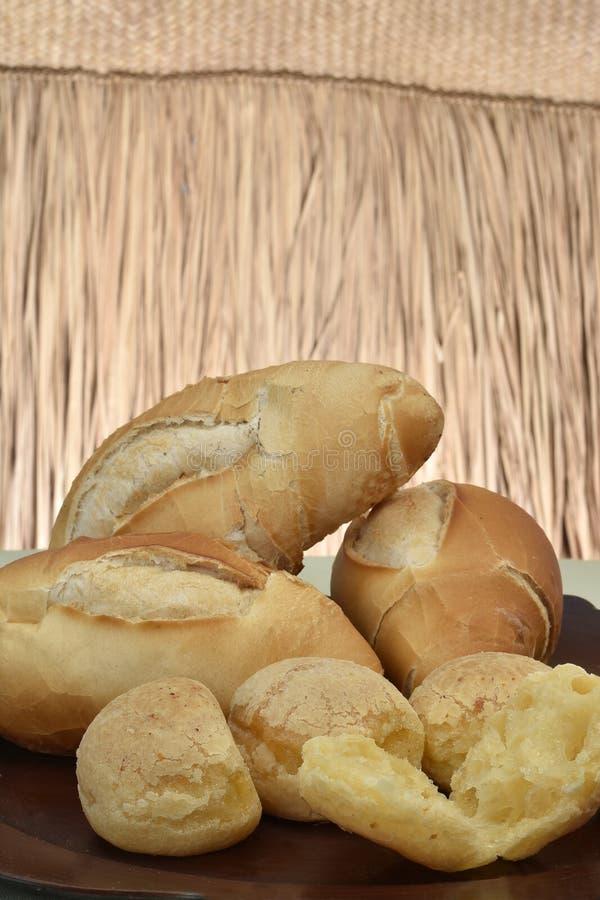 法式面包和奶酪面包在板材有红色背景 免版税库存照片