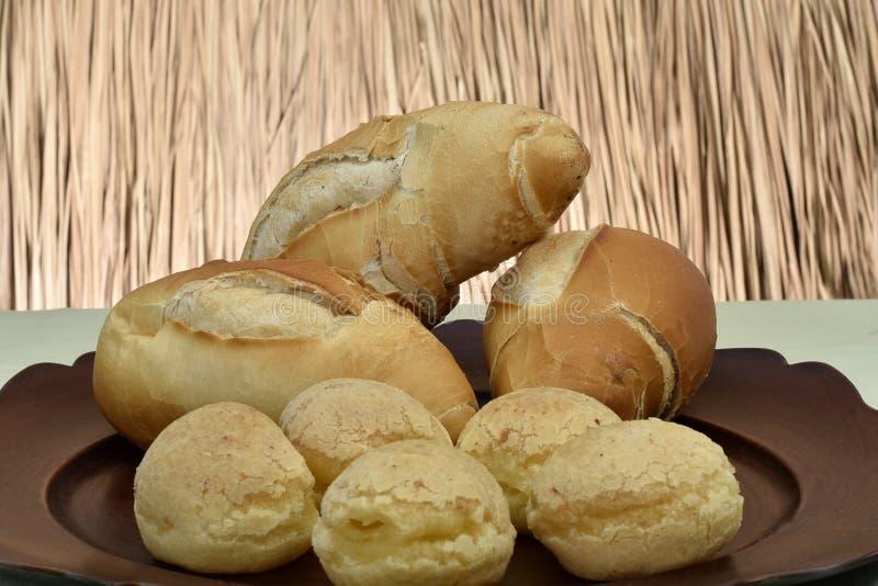 法式面包和奶酪面包在板材有红色背景 库存图片