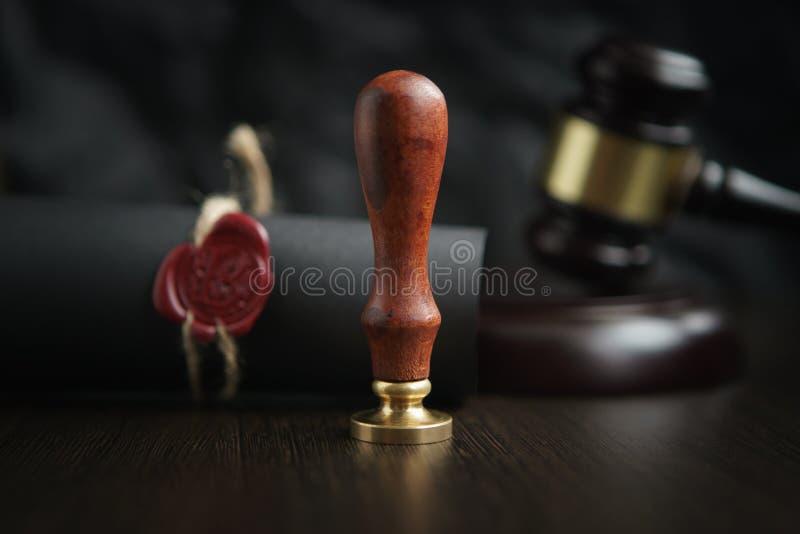 法律、律师、公证人邮票和笔在书桌上 法律将公证员纸律师钢笔封印概念 免版税图库摄影