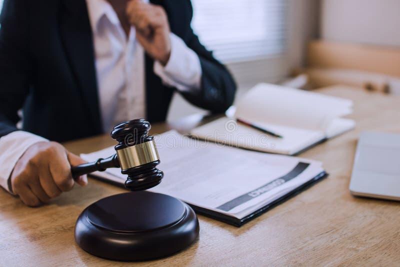 法律与法律服务理念、商业律师手持锤子法庭、法官与客户协商签订合同 库存图片