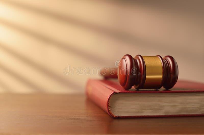 法律书籍和法官惊堂木 库存照片