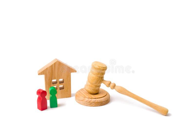 法律和章程的概念一栋居民住房的房客和屋主的 有人的,钥匙木公寓 免版税库存图片