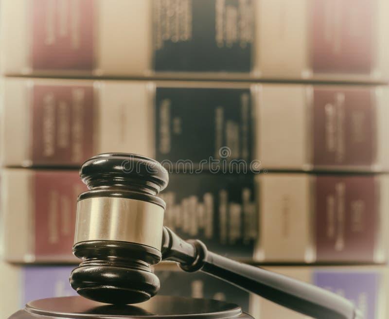 法律概念惊堂木和法律书籍 库存照片