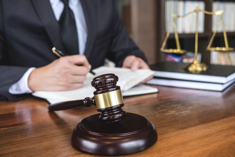 法律法律、忠告和正义概念、法官惊堂木有正义律师的,工作在文件的顾问衣服的或律师  免版税图库摄影