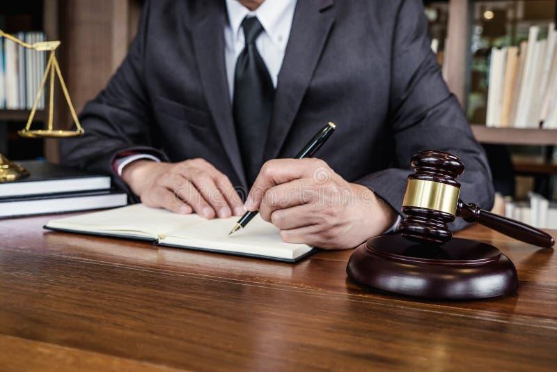 法律法律、忠告和正义概念、法官惊堂木有正义律师的,工作在文件的顾问衣服的或律师  库存图片