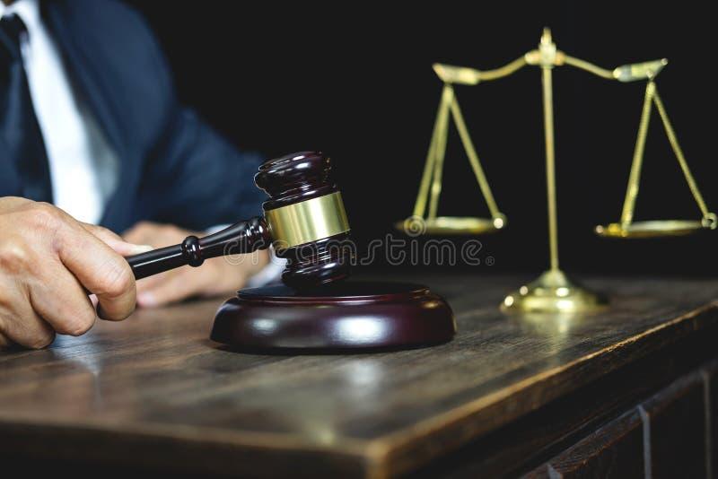 法律法律、忠告和正义概念、男性律师或者公证员工作在重要案件的文件和报告的和木 免版税图库摄影