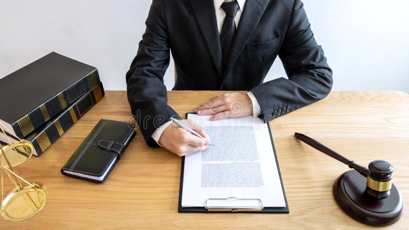 法律法律、忠告和正义概念、男性律师或者公证员wor 库存照片
