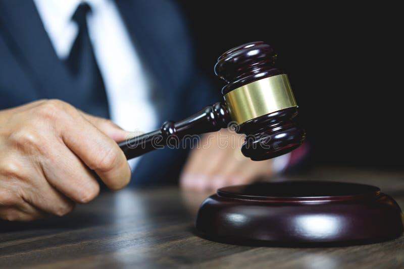 法律法律、忠告和正义概念,男性建议的律师或 库存照片