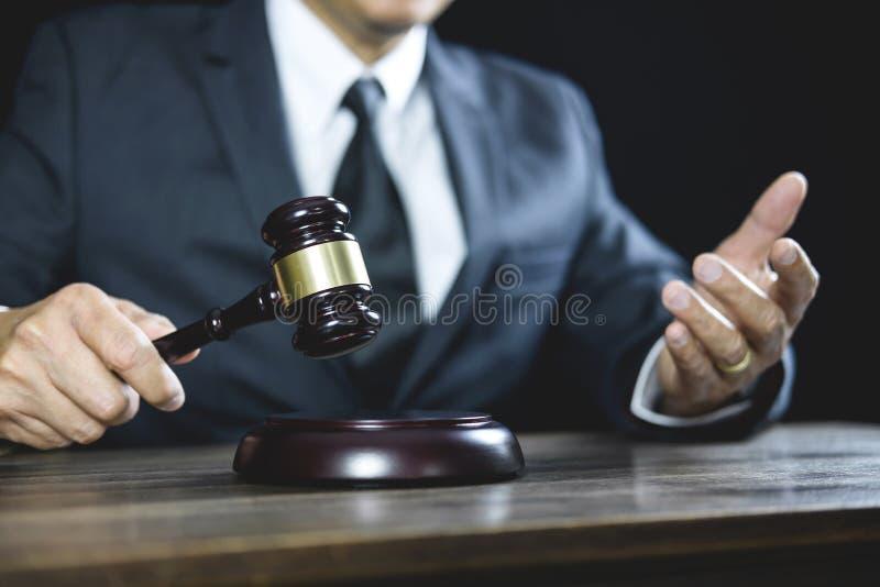 法律法律、法官工作在法庭的法官、顾问或者男性律师惊堂木有正义律师忠告的与惊堂木和标度  免版税库存照片