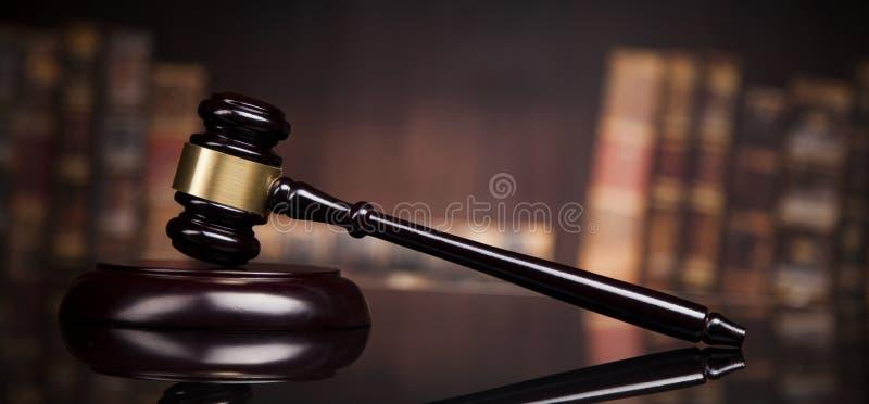 法律题材,法官的短槌,木书桌,书 库存照片