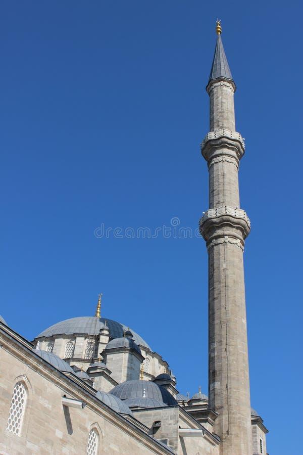 法提赫清真寺在伊斯坦布尔,土耳其 法提赫清真寺在伊斯坦布尔区  无背长椅尖塔和圆顶 图库摄影