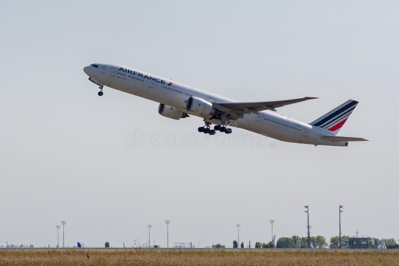 法航波音777-328 ER起飞在巴黎鲁瓦西CDG Airpo 库存图片