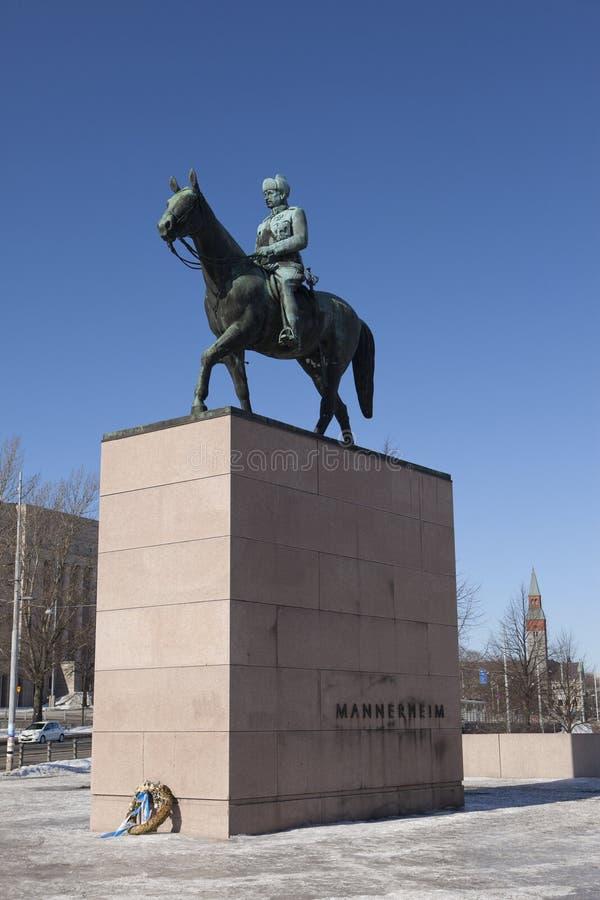 法警Mannerheim (1867-1951),芬兰军事领导和政治家的骑马雕象行军的17日2013年在赫尔辛基, 库存图片